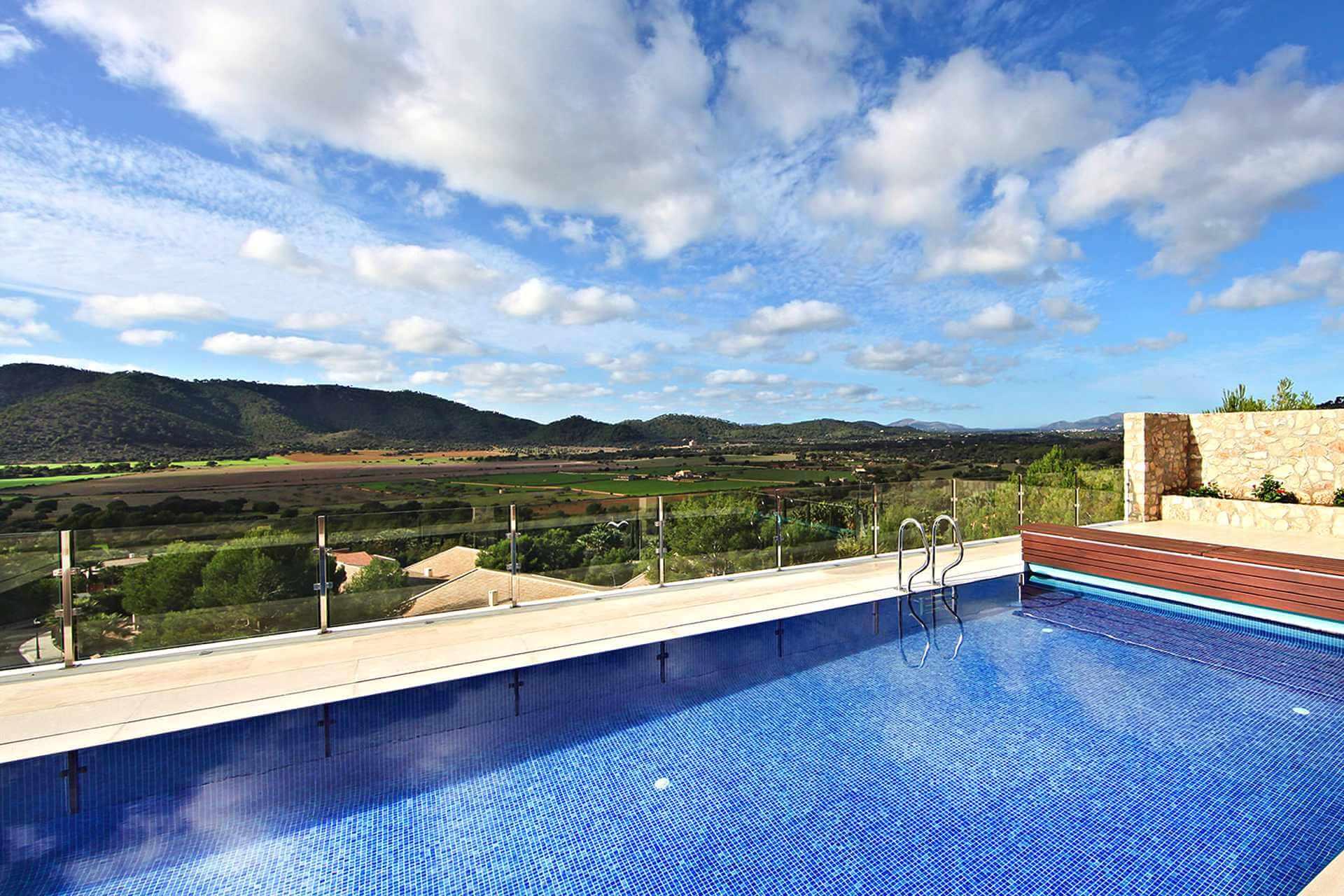 01-328 Villa mit Ausblick Nordosten Mallorca Bild 3