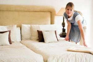Haushaltshilfe macht Betten in einer Luxus-Finca