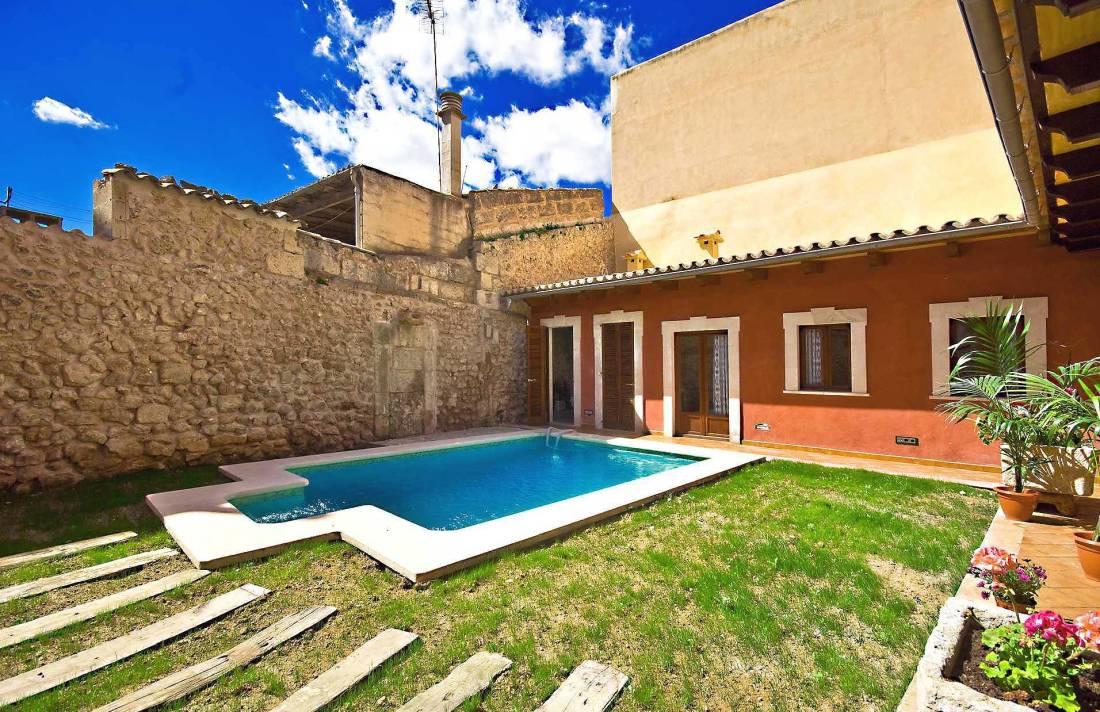 01-83 ländliches Stadthaus Mallorca Norden Bild 2