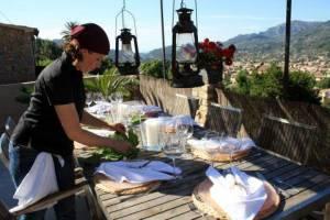 Köchin bereitet 5-Gänge-Menü zu